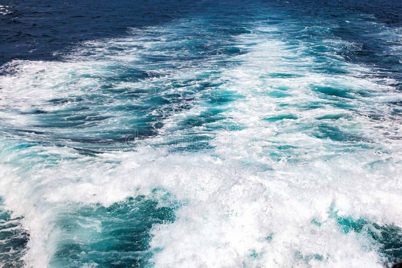 La texture, éclabousse et ondule sur la mer Voie sur l'eau du moteur du bateau image libre de droits