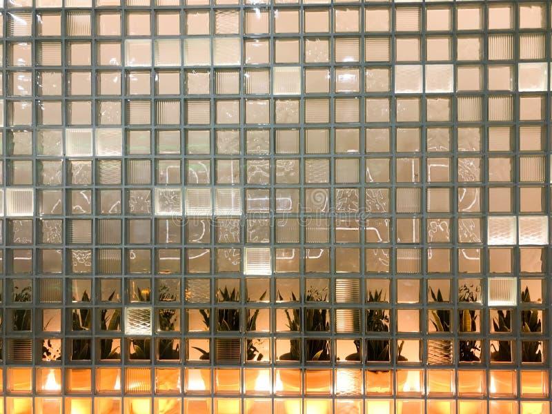 La texture d'un verre a découpé la petite tuile décorative épaisse carrée transparente avec différents modèles et contre-jour jau photo stock