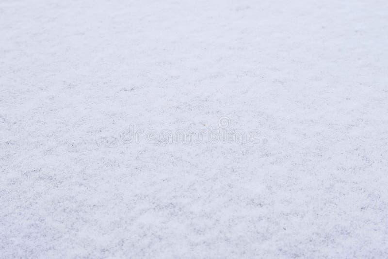 La texture de la bâche fraîche de neige a rectifié abondamment le matin givré d'hiver dehors images libres de droits