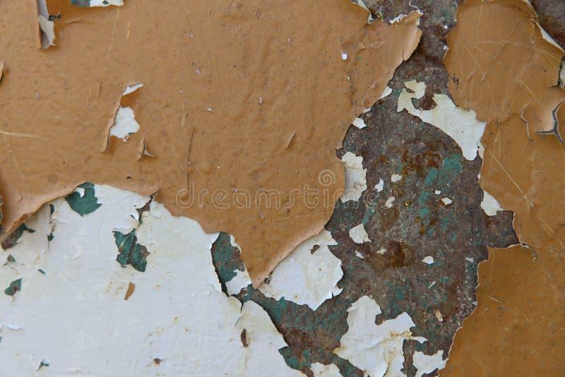 La texture de fond du vieux métal a peint la surface avec des fissures, des flocons et des taches blanches, brunes et vertes photos stock