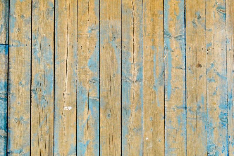 La texture des planches en bois naturelles avec des coutures peintes avec la peinture de épluchage bleue de vieux minable rayé a  photos stock