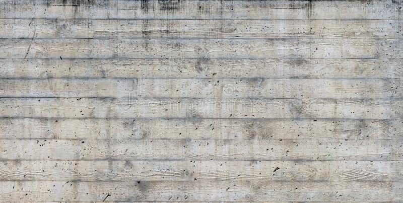La texture du coffrage en bois a embouti sur un mur en béton cru photographie stock
