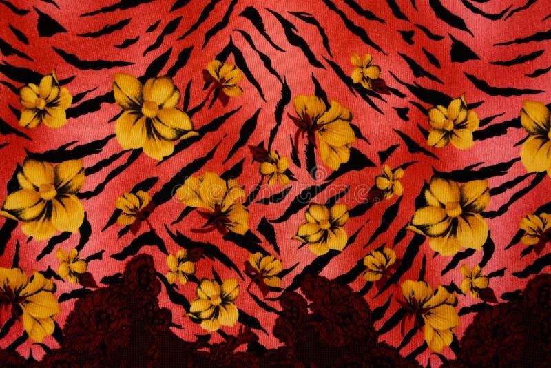 La texture du tissu d'impression a barré le léopard et la fleur images stock