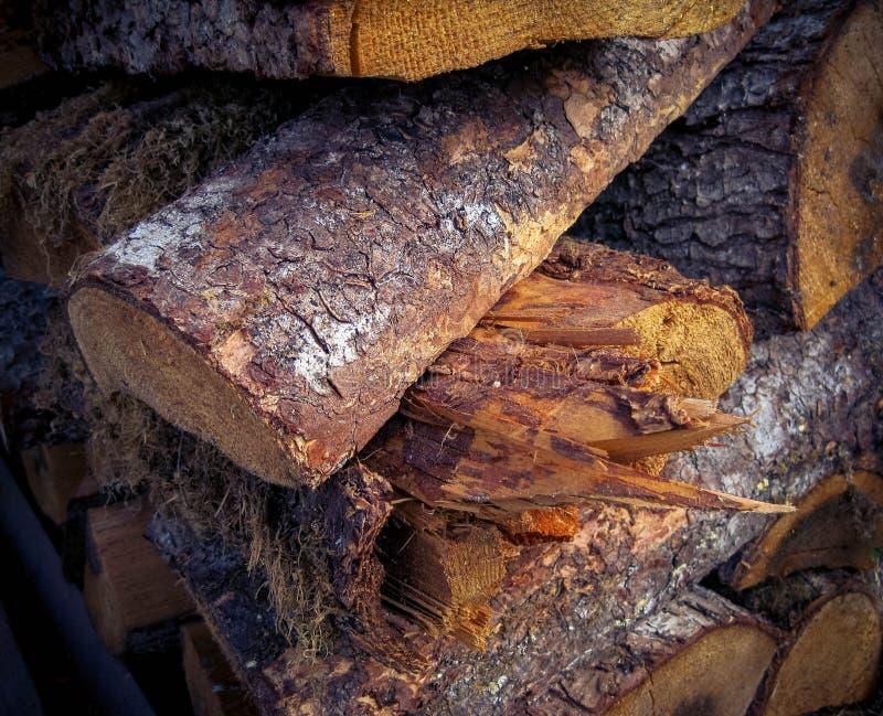 La texture en bois dans la pile en bois est rugueuse et déchiquetée images stock