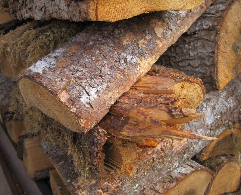 La texture en bois dans la pile en bois est rugueuse et déchiquetée image libre de droits