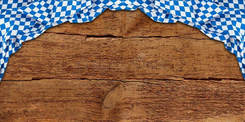 La texture en bois vieil rétro en bois rustique avec le cru brun foncé de drapeau bavarois a survécu au fond d'Oktoberfest photos libres de droits