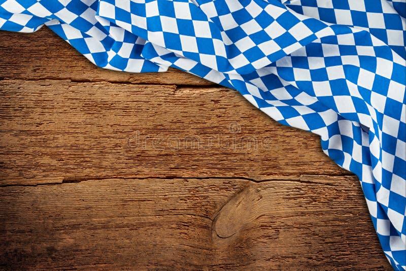 La texture en bois vieil rétro en bois rustique avec le cru brun foncé de drapeau bavarois a survécu au fond d'Oktoberfest photographie stock