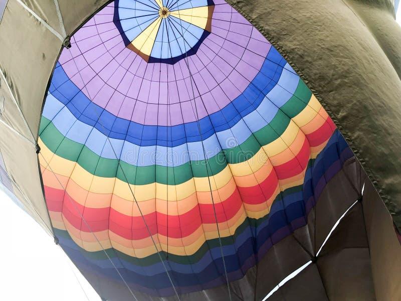 La texture, la vue de l'intérieur du dôme est un grand ballon rayé coloré iridescent rond lumineux multicolore de vol photo stock