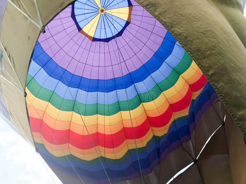 La texture, la vue de l'intérieur du dôme est un grand ballon rayé coloré iridescent rond lumineux multicolore de vol photos stock