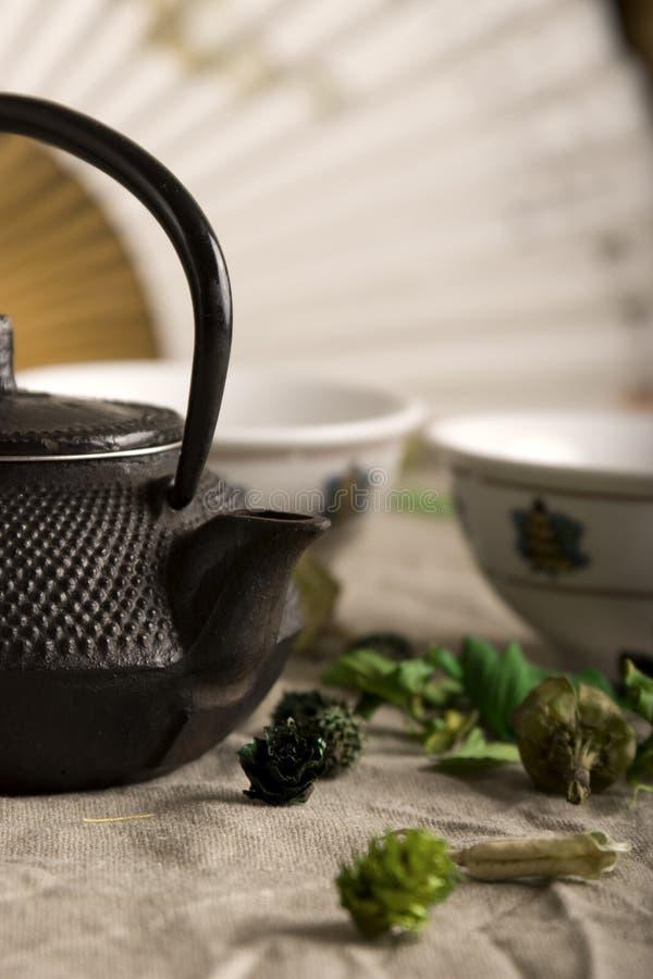 La théière chinoise et deux cuvettes photographie stock libre de droits