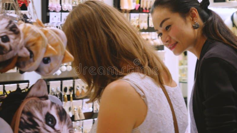 La Thaïlande, Bangkok, le 24 novembre 2015 Jolie femme regardant des bijoux sur l'étalage Jeune dame choisissant le bijouterie de photo libre de droits