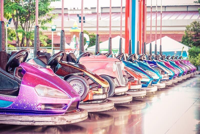 La Thaïlande : Bangkok - 22 octobre 2018 : Une rangée des voitures de butoir en parc d'attractions photographie stock