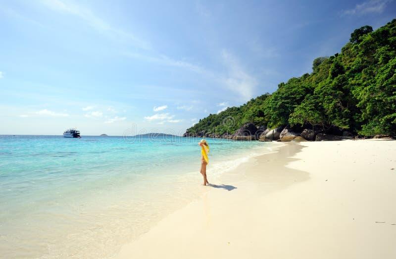 La Thaïlande. Belle fille en jaune sur la plage photos stock