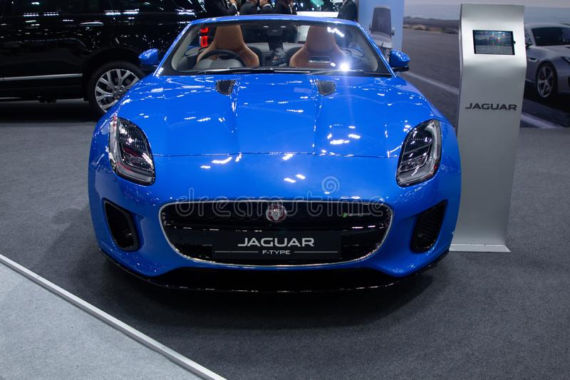 La Thaïlande - décembre 2018 : vue franche étroite de la voiture chère de luxe de couleur bleue de type f de Jaguar présentée dan photographie stock libre de droits