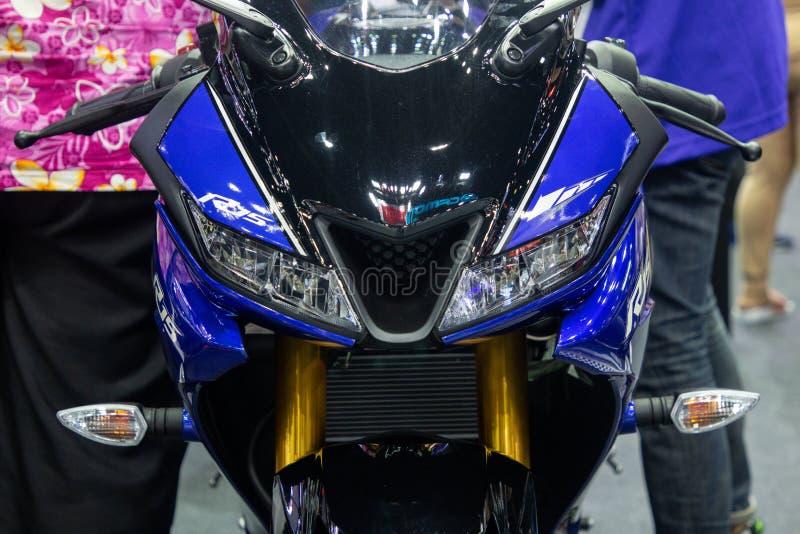 La Thaïlande - décembre 2018 : la vue franche étroite et les phares de la motocyclette de Yamaha R15 ont présenté dans l'expo Non photographie stock libre de droits