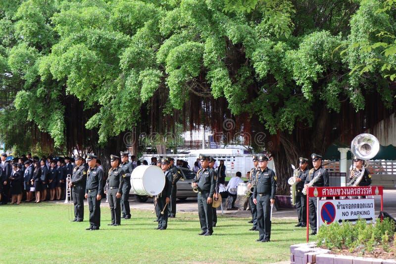 La Thaïlande, le 7 août 2019, les groupes publics, les fonctionnaires et l'orchestre adhèrent à la cérémonie extérieure au tribun photo stock