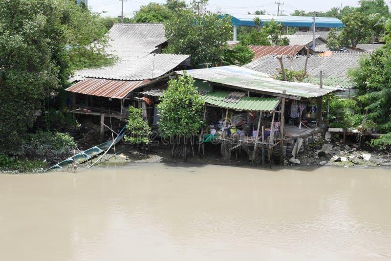 La Thaïlande, maison thaïlandaise typique sur la rivière photos stock