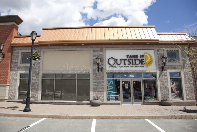 La tienda basada Nova Scotia lo toma afuera, vendiendo calzado y la ropa imágenes de archivo libres de regalías