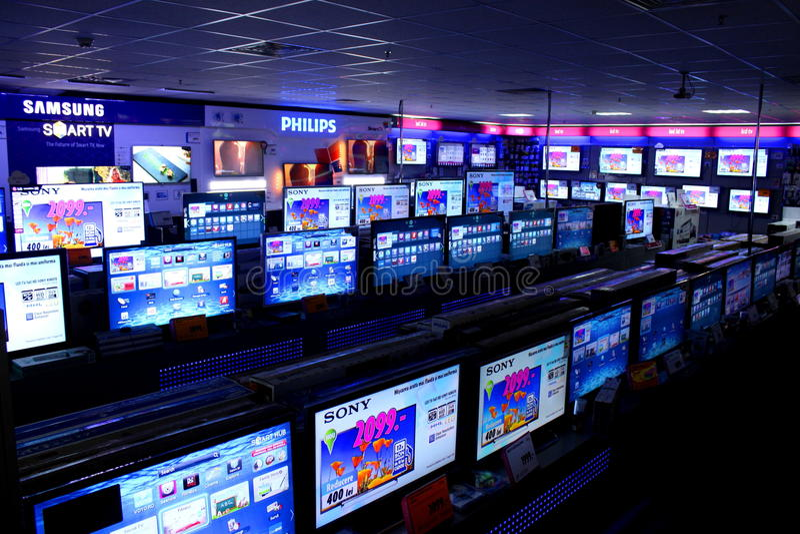 La tienda con filas de las TV se coloca en estantes fotografía de archivo libre de regalías