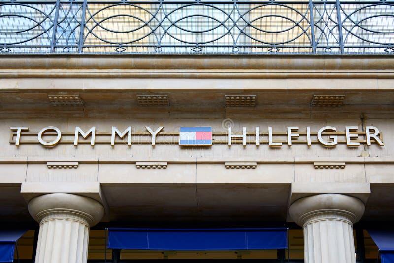 La tienda de lujo de la moda de Tommy Hilfiger firma en París, Francia foto de archivo