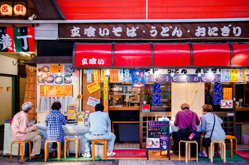 La tienda de Soba, Ramen hace compras, la tienda del Udon, gente en la tienda japonesa de los tallarines fotografía de archivo