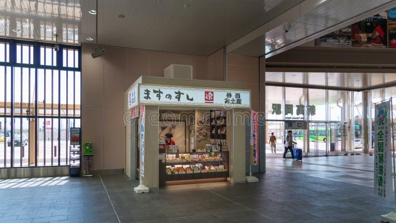 La tienda del ekiben (caja de la comida para llevar) en la estación de Shin Takaoka fotos de archivo