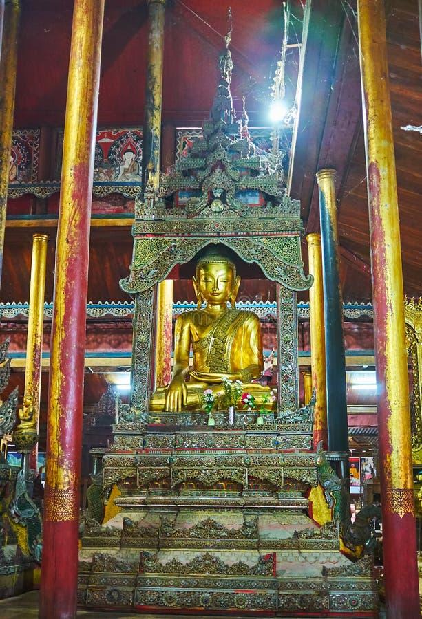 La tierra conmovedora Buda en el monasterio de Ywama, Myanmar fotografía de archivo