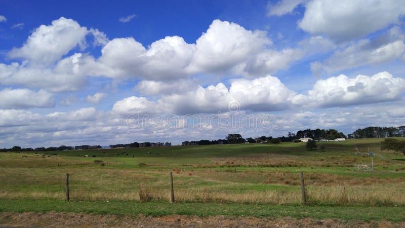 la tierra de la nube blanca larga imagen de archivo