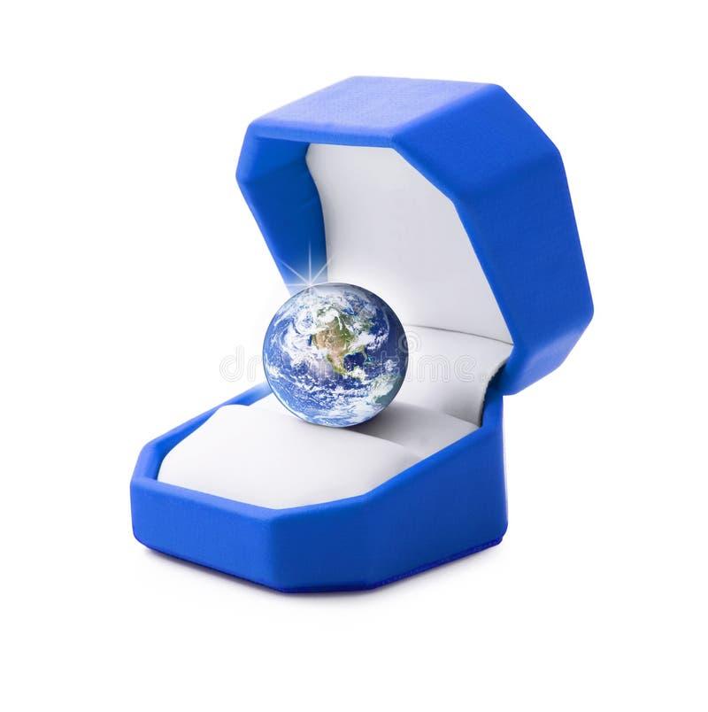 La tierra del planeta le gusta una joya en el fondo blanco foto de archivo libre de regalías