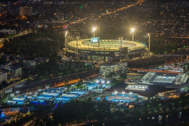 La tierra y Yarra del grillo de Melbourne parquean el estadio del tenis iluminado en la puesta del sol fotografía de archivo libre de regalías