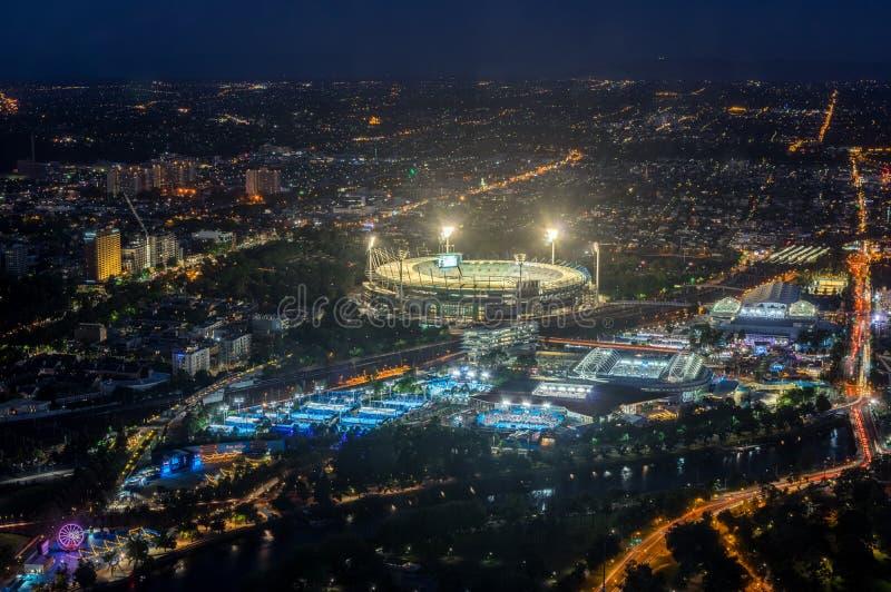 La tierra y Yarra del grillo de Melbourne parquean el estadio del tenis iluminado en la puesta del sol imagen de archivo libre de regalías