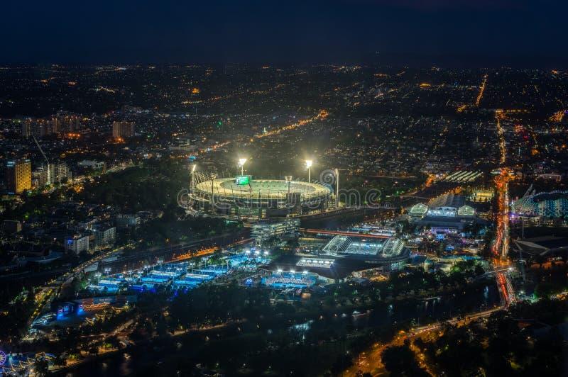 La tierra y Yarra del grillo de Melbourne parquean el estadio del tenis iluminado en la puesta del sol imágenes de archivo libres de regalías