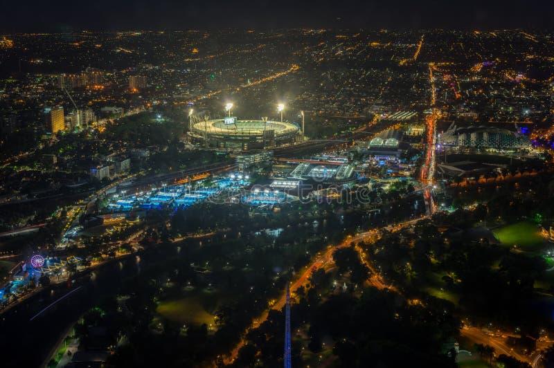 La tierra y Yarra del grillo de Melbourne parquean el estadio del tenis iluminado en la puesta del sol foto de archivo