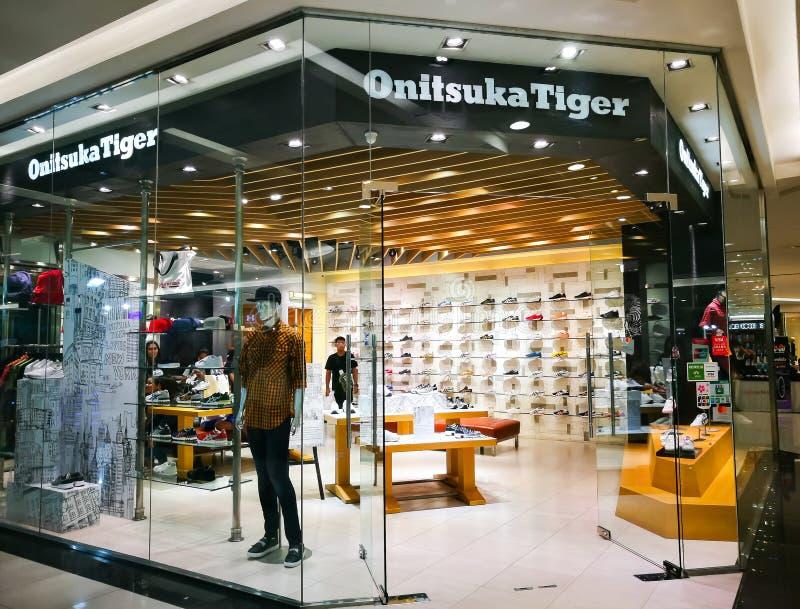 La tigre di Onitsuka è una delle società più vecchie nel Giappone, immagine della scarpa che mostra un deposito dello shopfront n immagini stock libere da diritti