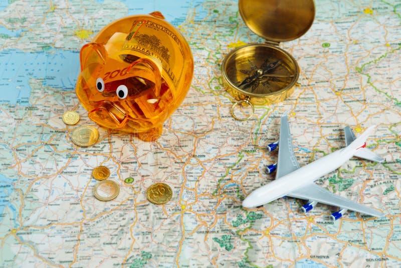 La tirelire épargnent l'argent pour la grande aventure de déplacement images stock