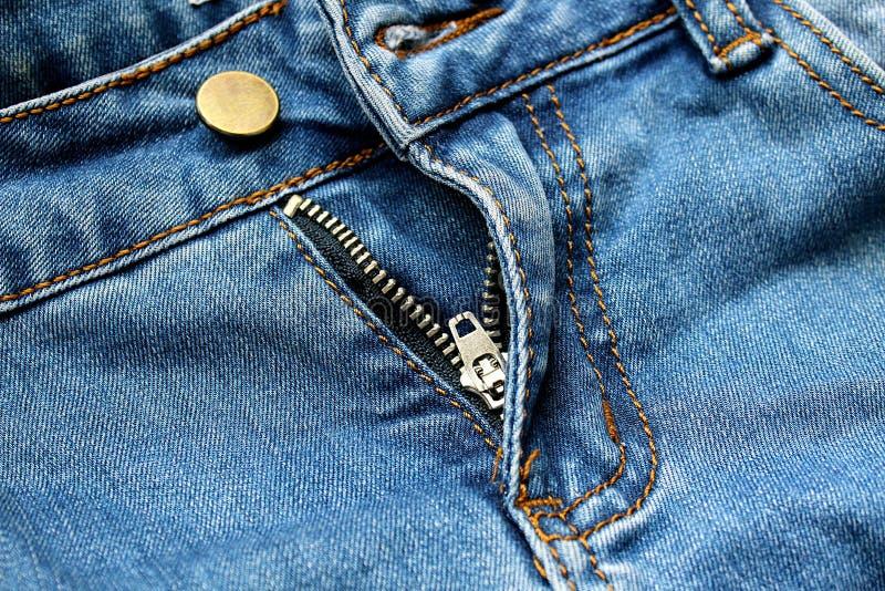 La tirette halète des jeans photos stock