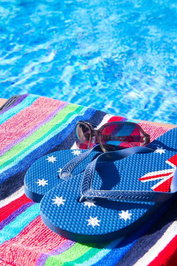 La toalla y las sandalias acercan a la piscina imagen de for Toallas piscina