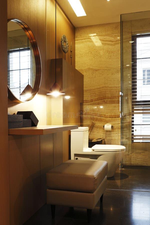 La toilette dans la couleur chaude accorde la priorité au ton et à la raboteuse photo libre de droits