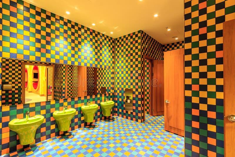 La toilette della stanza della scuola materna dell'hotel di Soci Marriott con il suo interno variopinto è eseguita in alla moda o immagini stock