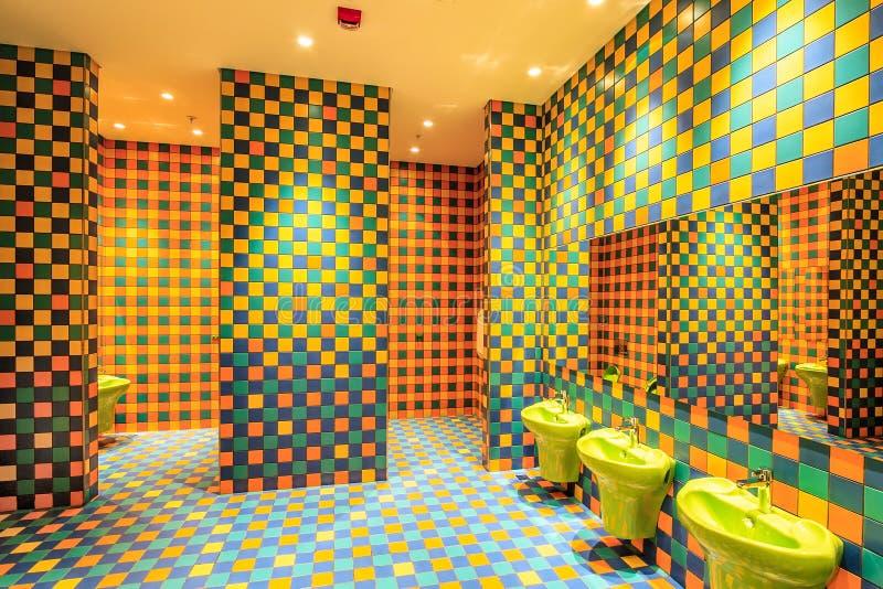La toilette della stanza della scuola materna dell'hotel di Soci Marriott con il suo interno variopinto ha eseguito nel DES amich fotografie stock