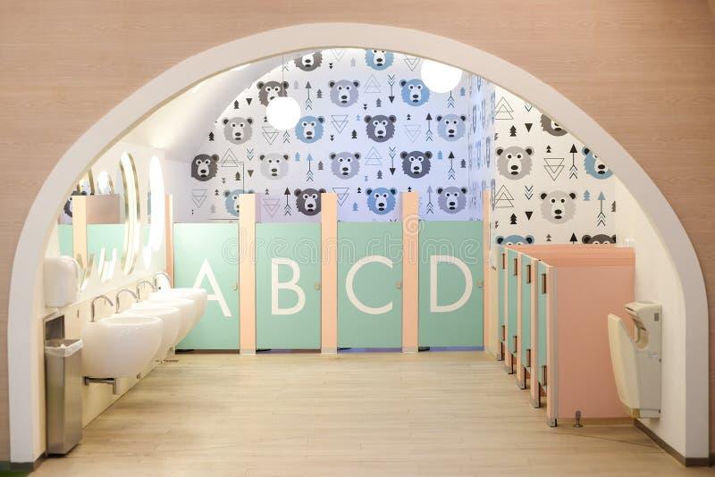 La toilette intérieure pour l'enfant se composent de l'évier de bassin, robinet, serviette de main image libre de droits