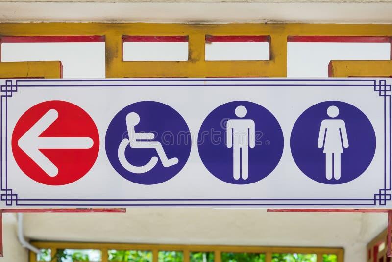 La toilette pubblica firma con un simbolo disabile di accesso fotografia stock libera da diritti