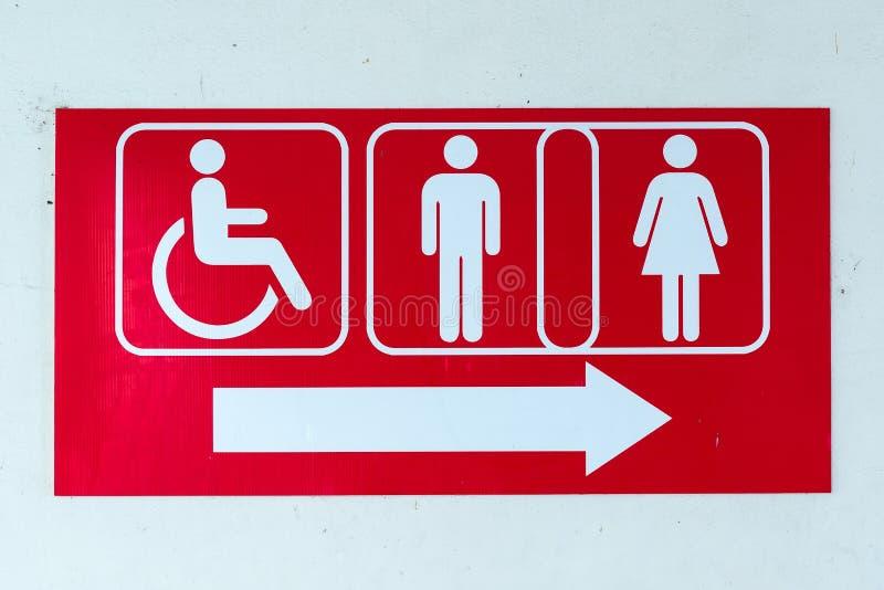 La toilette pubblica firma con un simbolo disabile di accesso immagini stock libere da diritti