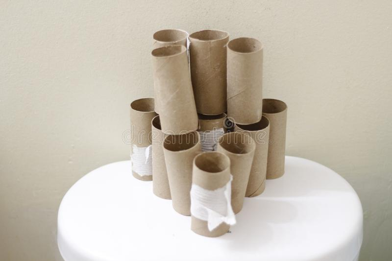 La toilette vide Rolls empilent au dos d'une toilette image libre de droits