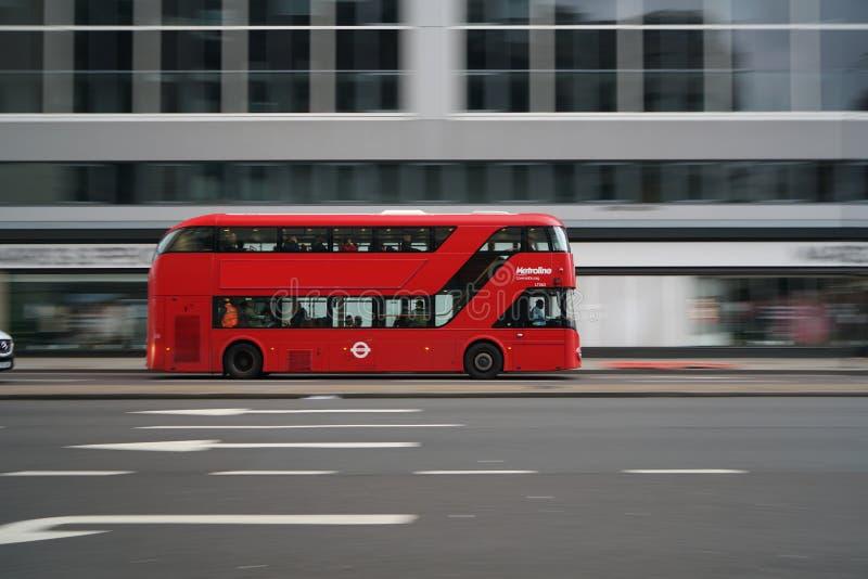 La toma panorámica tiró del autobús de dos plantas que corría en el camino de Edgware temprano por la mañana foto de archivo libre de regalías
