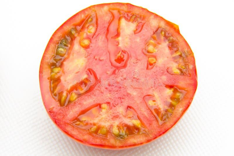 La tomate rouge et mûre s'est réduite de moitié photographie stock libre de droits