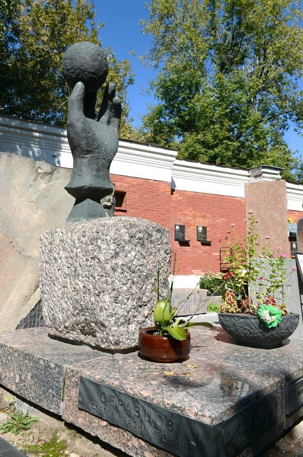 La tomba del fondatore del teatro Sergei Obraztsov del burattino al cimitero di Novodevichy a Mosca fotografia stock