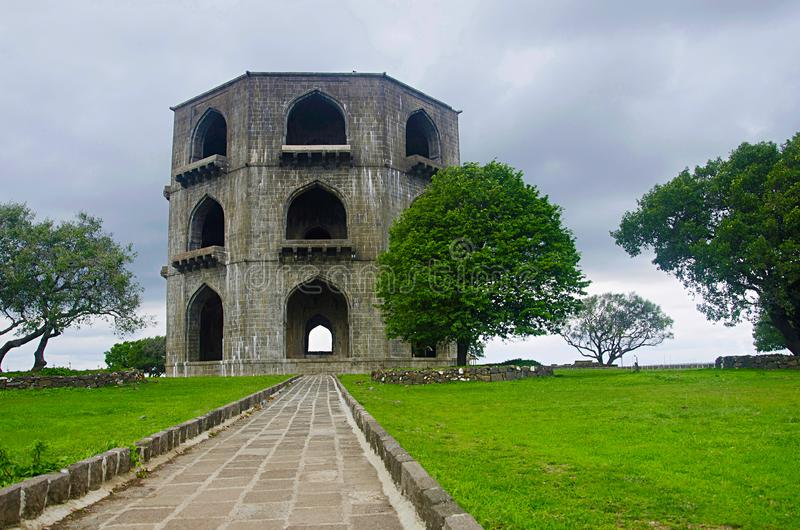 La tomba di Salabat Khan II o struttura di pietra a tre livelli del ` s Mahel di Chandbiwi, 13 chilometri da Ahmednagar, maharash fotografia stock