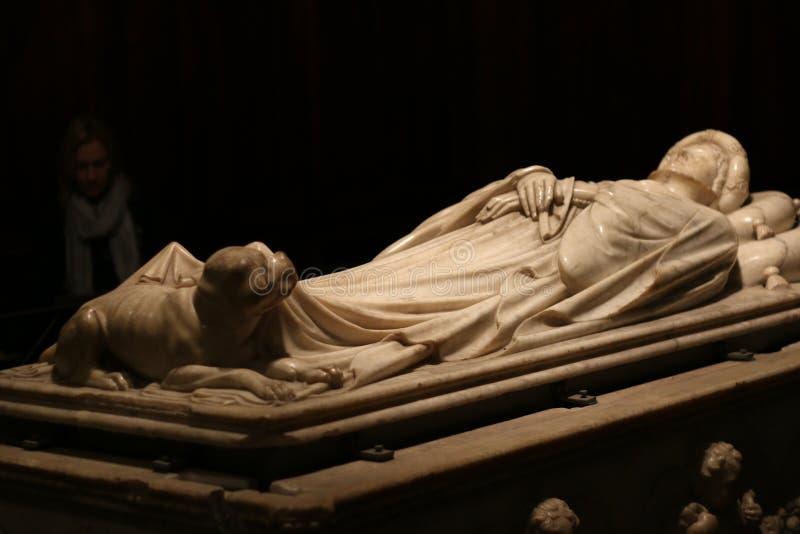 La tomba grave di giovane Ilaria con una scultura del suo cane fotografia stock libera da diritti