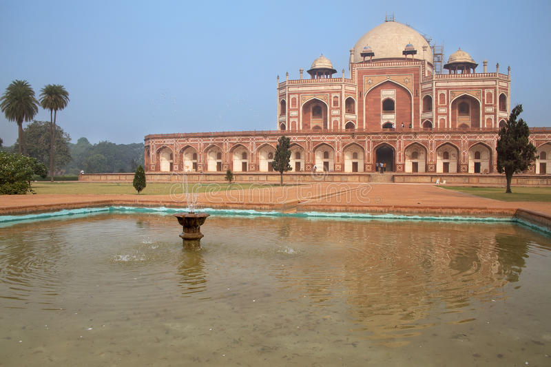 La tombe de Humayun avec la piscine d'eau, Delhi, Inde photo libre de droits